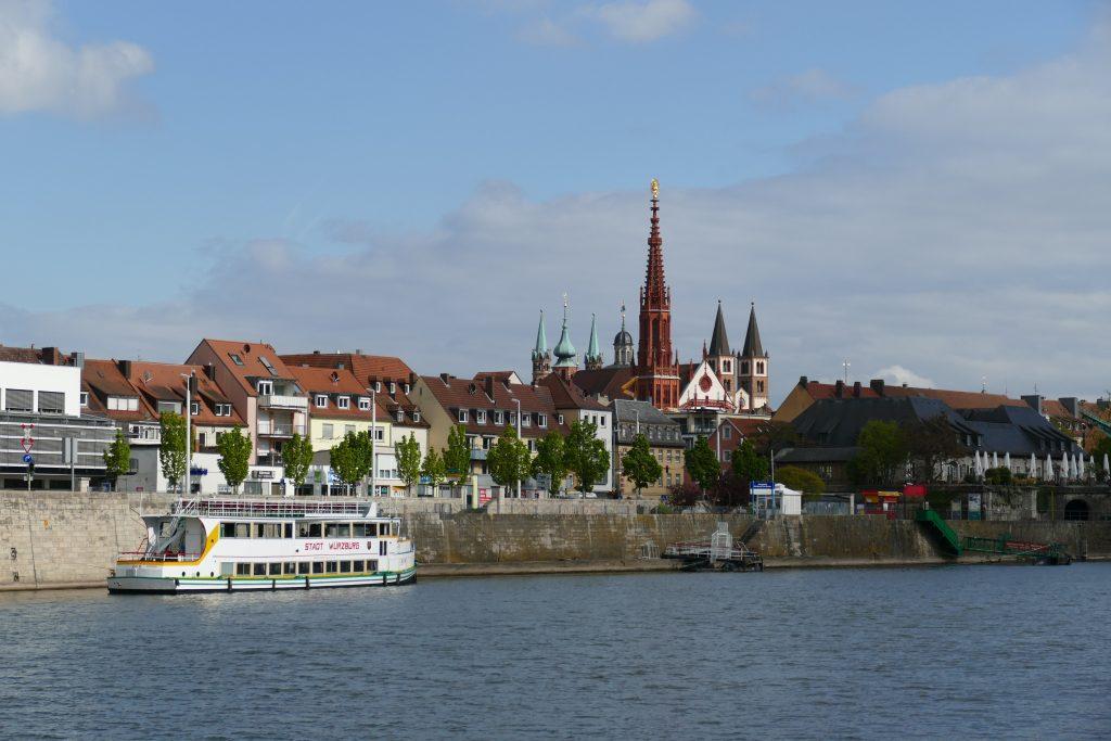 Unterwegs am Mainufer mit Blick auf Würzburg